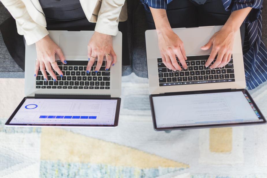 2 laptop sharing files together